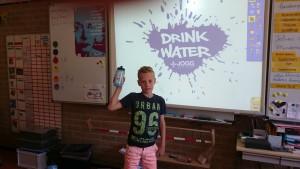 Tobias Schipper houdt zijn spreekbeurt over Water (drinken).